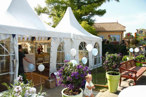 Festliches Zelt und geschmückte Terrasse im Sonnenschein im Zoo Arche Noah