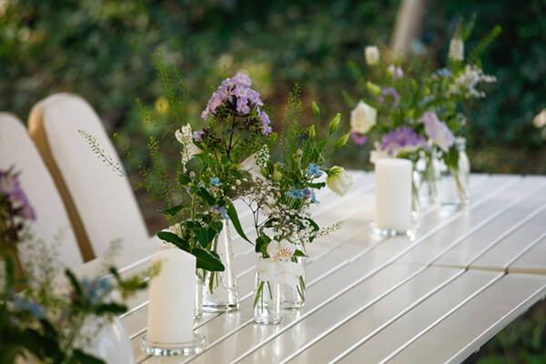 Mit Blumen geschmückter Tisch auf der Terrasse im Zoo Arche Noah