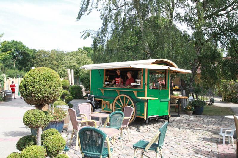 Nostalgischer Imbisswagen im Zoo Arche Noah auf sonnenbeschienener Terrasse