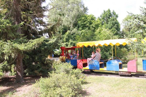 Eisenbahn für Besucher auf der Rundfahrt durch den Zoo Arche Noah