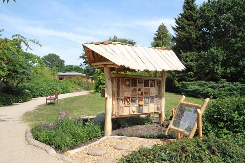Überdachtes Insektenhotel mit Infotafel am Rundweg im Zoo Arche Noah