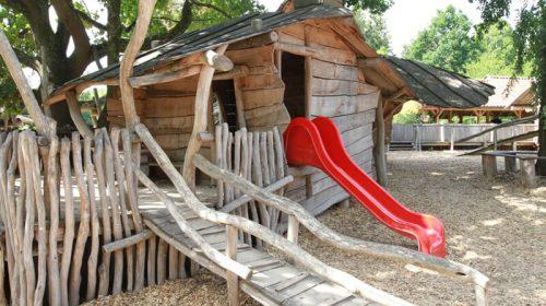 Kinderspielplatz mit Holzspielhütte und Rutsche im Zoo Arche Noah
