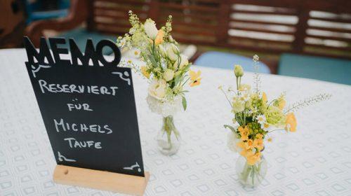 Eingedeckter Tisch mit Reservierungskarte und Blumen dekoriert im Zoo Arche Noahh
